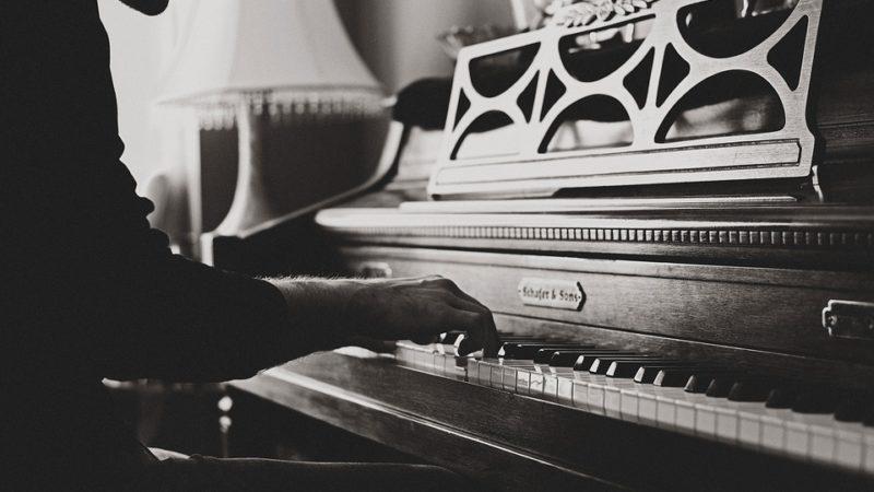 10 RAISONS POUR LESQUELLES VOUS DEVRIEZ JOUER DU PIANO